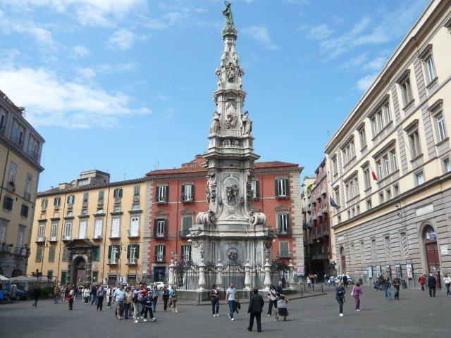 Пьяцца Иисуса (Piazza del Gesu) Piazza e Chiesa del Gesù Nuovo