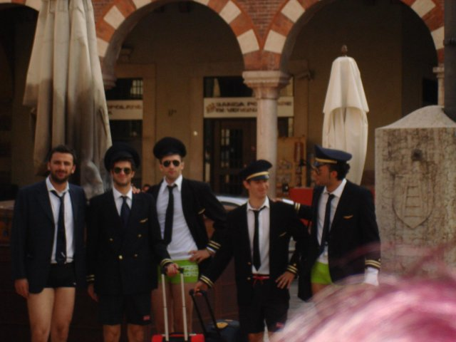 Офицеры без штанов, Верона, Италия