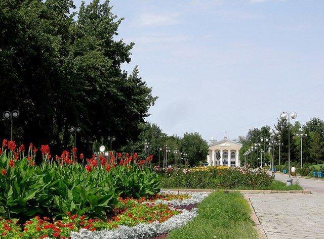 Аллея молодежи. Бишкек, Киргизия