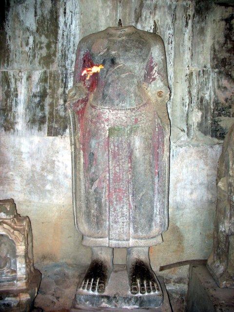 Анкгор. Статуя с поясом без головы.