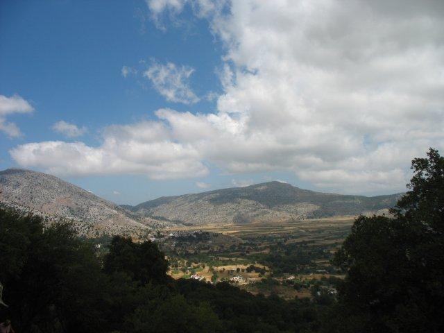 Вид со скалы, рядом со входом в пещеру Зевса