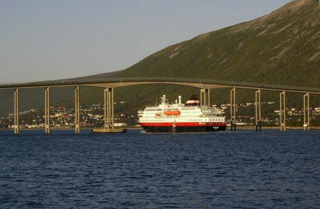 Судно проходит под мостом над фьордом около города Тромсе