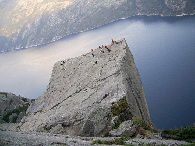 Взгляд под углом на Люсе-фьорд и возвышающийся на 600 метров над ним утес Прекестулен