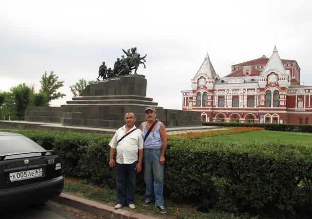 Строители из Узбекистана на фоне памятника Чапаеву и драматического театра