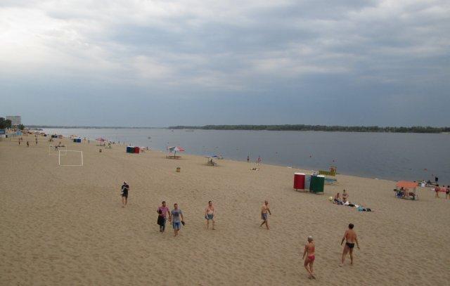 Длинные песчаные пляжи на реке Волга, город Самара