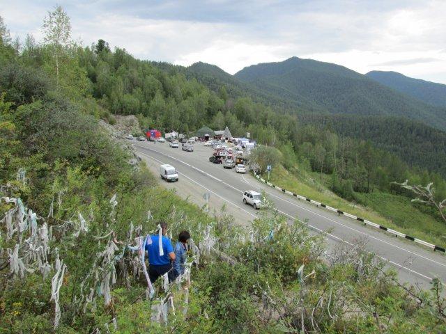 """Привязанные ленты на кустах перевала """"Чике-Таман"""",  название которого переводится как """"Здравствуй, гора!"""""""