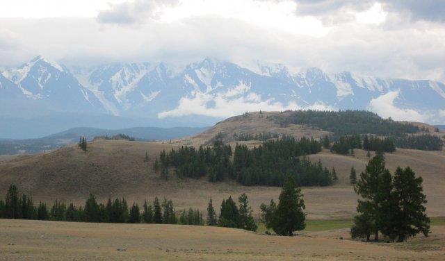 Высокие вершины Алтая покрыты снегом даже в августе