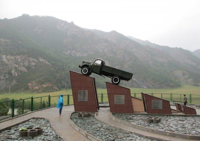 Памятник шоферам с написанными на постаменте трогательными стихами