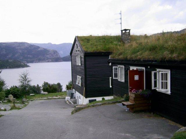 Отель с крышей, покрытой  березовой корой, торфом и травой