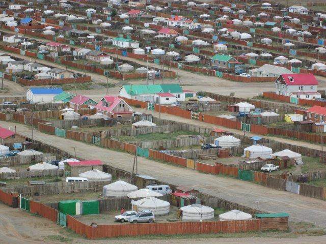 Крайние районы Баянхонгора с юртами и домами