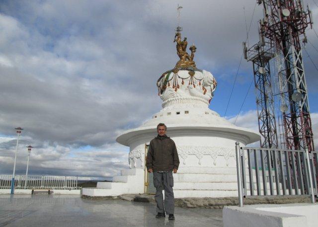 Автор перед ступой, построенной на холме над городским парком в Баянхонгоре