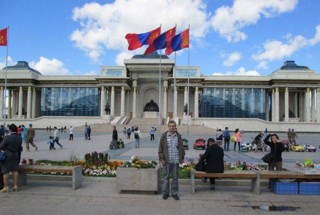 Автор перед парламентом. В центре здания статуя Чингисхана.