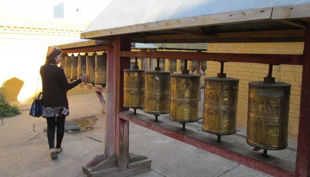 В Гандане, как и в других монастырях, посетители крутят многочисленные цилиндры