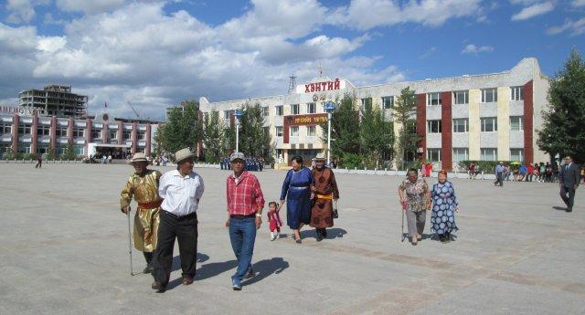 Монголы собираются на площади для празднования годовщины