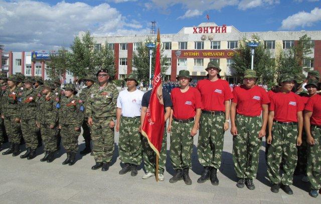 Часть монгольских женщин военнослужащих (слева) и русские парни (справа)