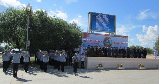 Военный оркестр исполняет гимн Монголии