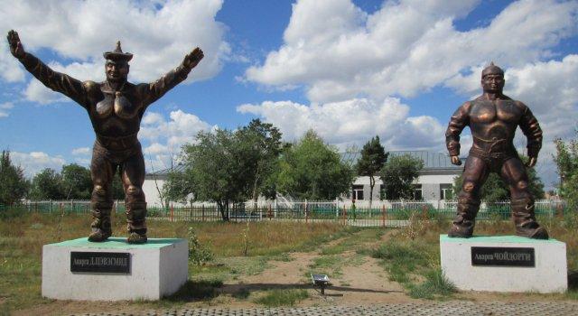 Часть скульптурной композиции, посвященная монгольскими борцами