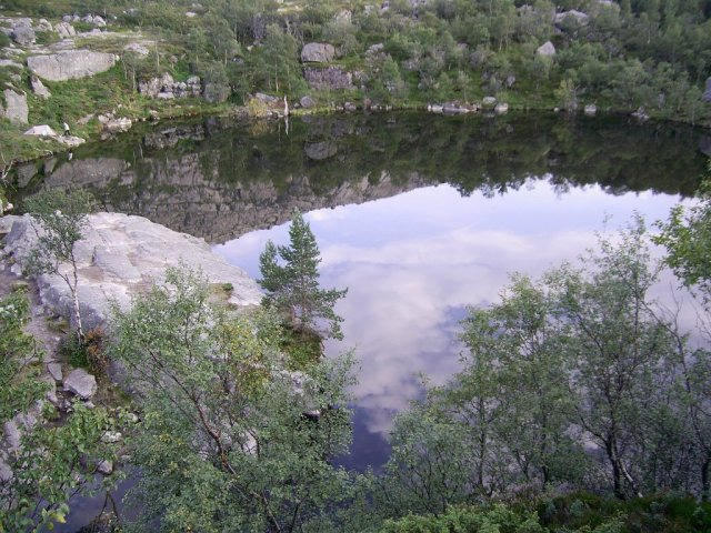 Небольшие озера на пути к Прекестулен
