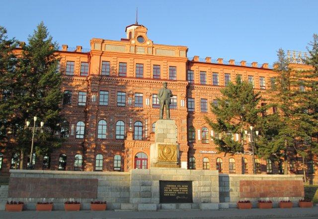 На центральной площади стоял памятник Ленину