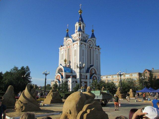 На площади Комсомольская, перед Успенским собором, строили песочные скульптуры