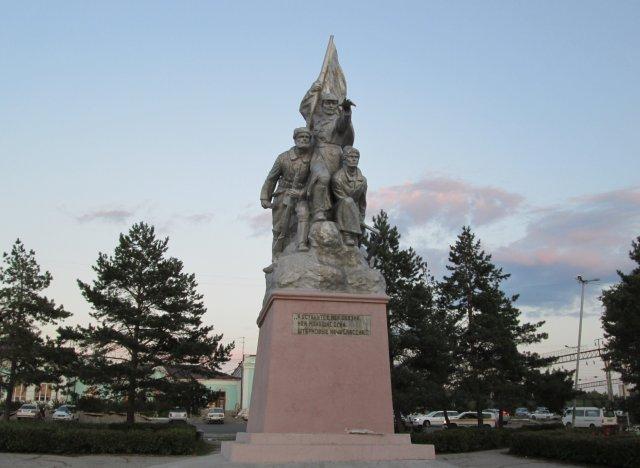 Памятник героям гражданской войны, воздвигнутый на привокзальной площади
