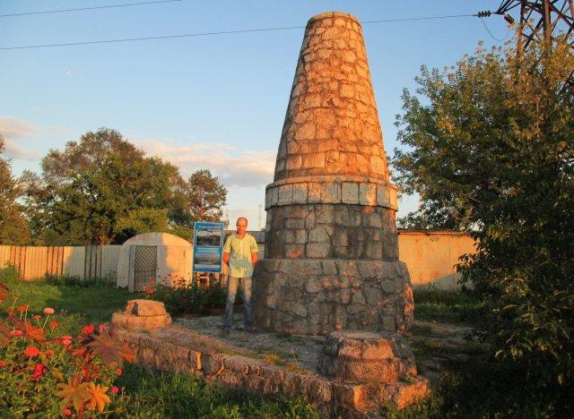 Евгений у памятника погибшим военнопленным во время Первой мировой войны