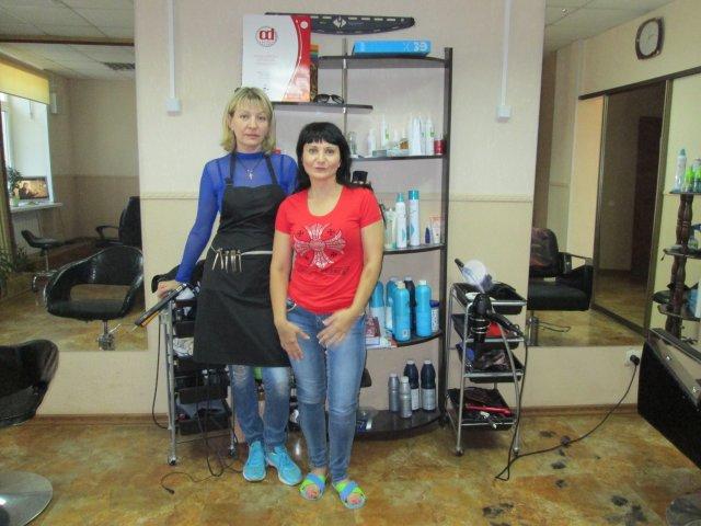 """Две женщины-парикмахеры в салоне красоты """"Клеопатра"""", где я подстригался"""