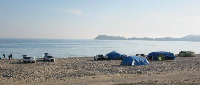 На пляжах Ливадии отдыхающие кемпинговали на песке у моря
