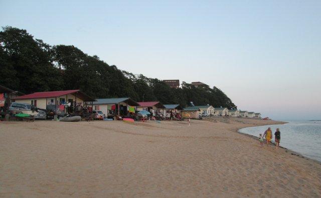 Прямо на песчаном пляжем в Ливадии построены маленькие домики для отдыхающих