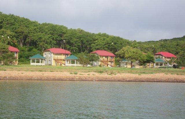 Двухэтажные дома для отдыхающих на морском побережье