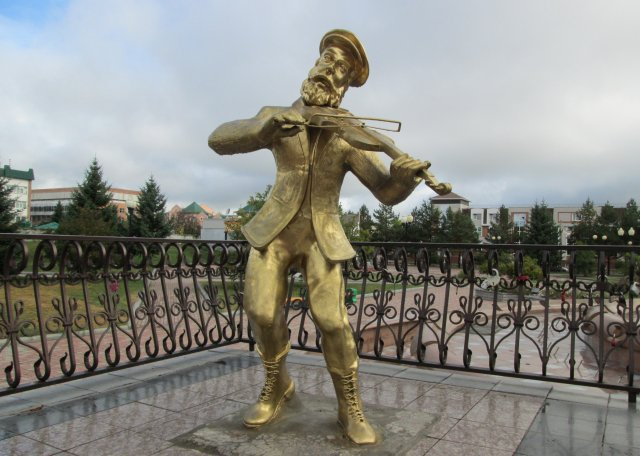 Еврейский скрипач является одним из символов Биробиджана