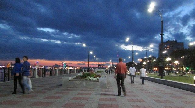 Вечером по набережной вдоль реки Амур