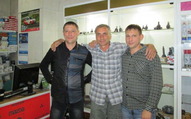 С двумя братьями в их магазине автозапчастей, город Чита