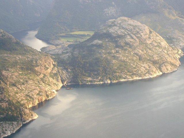 Панорама фьорда Люсе-фьорд с высоты скалы Прекестулен