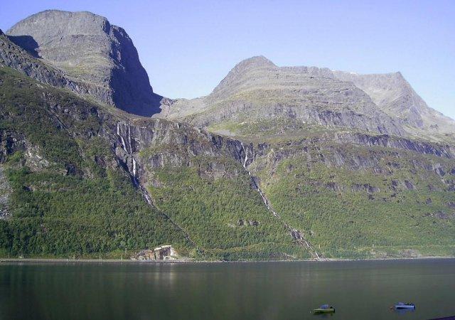 Крутой берег с водопадами, спускающимися к фьорду