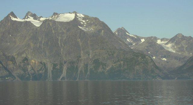 Снег над фьордом в августе