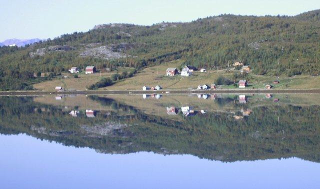 Фьорд с романтическими домиками вдоль побережья