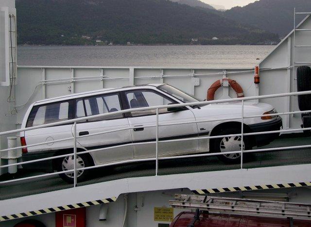 Автомобиль автора на небольшом пароме, пересекающем фьорд