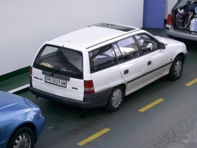 Автомобиль автора на большом пароме, пересекающем фьорд