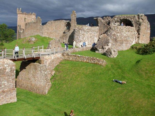 Прогулка вдоль крепостных стен и башен замка