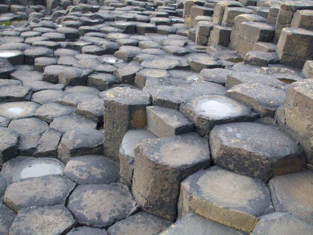 У камней характерная шестиугольная форма