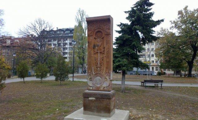 Типичная Армянская надгробная плита, названная Хачкари, поставленная в Армянском квартале в болгарской столице София