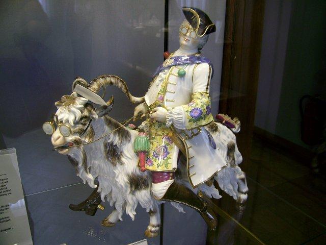 Разнообразие музейных экспонатов из фарфора впечатляет