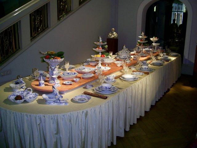 Кто-то мог бы позавидовать аристократам, которые ели за таким столом. Все подается в специальной посуде из мейсенского фарфора