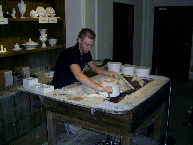Сначала оформяются заготовки из каолиновой смеси. Этот процесс напоминает производство керамики