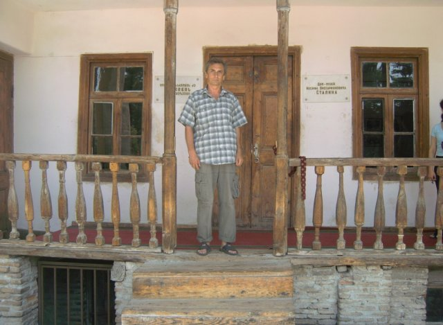 Автор на крыльце родного дома Сталина