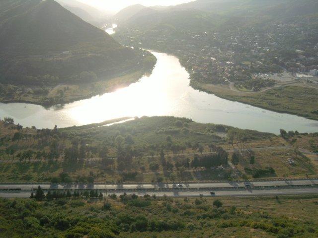 Город расположен в месте слияния реки Арагва и Кура