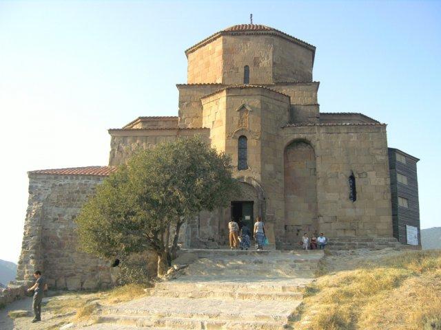 Джвари церковь 6-го века, расположенная на высоком холме над городом
