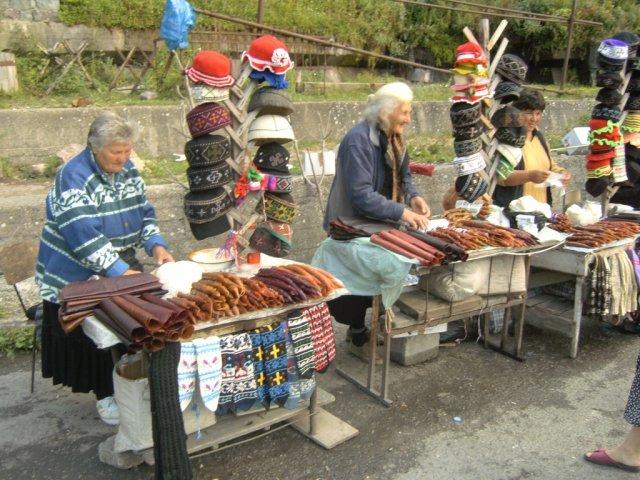 ]← Грузинские женщины продают у дороги разные кавказские деликатесы, а также типичные грузинские сувениры
