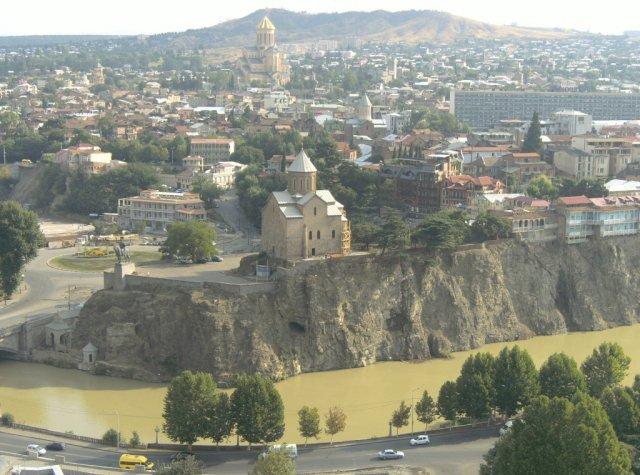 Панорамный вид с крепости Нарикала на Тбилиси и реку Кура